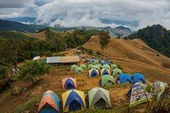 Gente que acampa en el alto moutain de Tailandia durante la estación fresca Foto de archivo