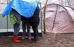Gente que acampa en la lluvia Fotografía de archivo libre de regalías