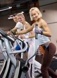 Gente que activa en una gimnasia Foto de archivo