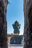 Gente que admira a dios Wisnu que monta el Garuda imágenes de archivo libres de regalías