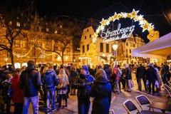 Gente que admira el mercado de la Navidad de la señal de neón, Captial de noel, Fotografía de archivo libre de regalías