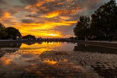 Gente que admira la puesta del sol en el templo del parque de Debod, Madrid Imágenes de archivo libres de regalías