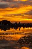 Gente que admira la puesta del sol en el templo del parque de Debod, Madrid Foto de archivo libre de regalías