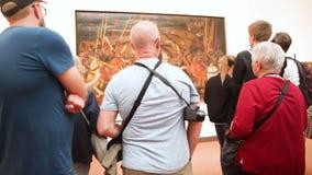 Gente que admira las ilustraciones en la galería de Uffizi en Florence Italy almacen de metraje de vídeo