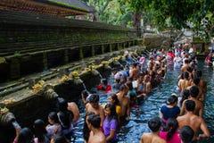 Gente que adora en el templo Foto de archivo