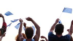 Gente que agita con las banderas europeas, opinión de la parte posterior almacen de metraje de vídeo