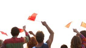 Gente que agita las banderas chinas, opinión de la parte posterior almacen de metraje de vídeo