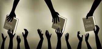 Gente que alcanza para las biblias Imágenes de archivo libres de regalías
