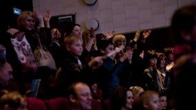 Gente que aplaude en el teatro metrajes