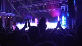 Gente que aplaude a la banda de la música, a la atmósfera asombrosa en la música y a la demostración ligera almacen de video