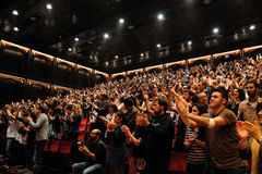 Gente que aplaude a la prohibición de Mishima Fotografía de archivo