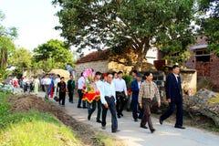 Gente que asiste a las tradiciones de la boda Imagen de archivo libre de regalías