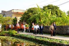 Gente que asiste a las tradiciones de la boda Imagenes de archivo