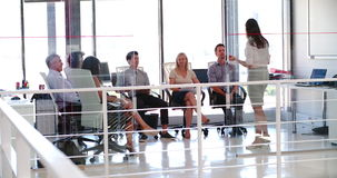 Gente que assiste a la reunión de negocios en oficina abierta moderna del plan almacen de video