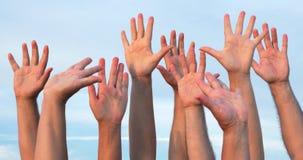 Gente que aumenta las manos para arriba almacen de video