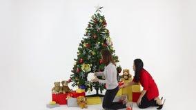 Gente que ayuda a ir a poner la Navidad grande tres almacen de video