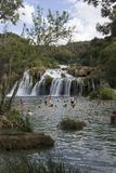 Gente que baña en las cascadas del parque nacional de Krka i Fotografía de archivo libre de regalías