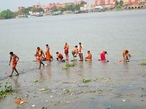 Gente que baña, rogando y limpiándose en el río Hooghly Fotos de archivo