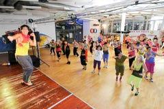 Gente que baila durante aptitud del entrenamiento de Zumba en un gimnasio Imágenes de archivo libres de regalías