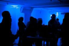 Gente que baila en el club Foto de archivo