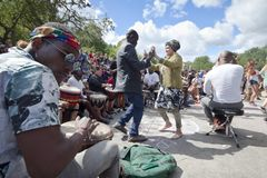 Gente que baila en el parque Fotografía de archivo libre de regalías