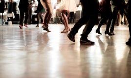 Gente que baila en el partido de la música fotos de archivo