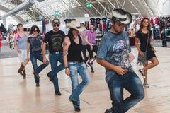 Gente que baila en la oscilación del evento del parque en Milán, Italia Fotos de archivo libres de regalías