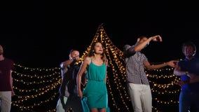 Gente que baila en partido de la playa de la noche almacen de metraje de vídeo