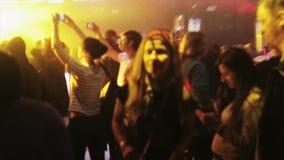 Gente que baila en partido en club nocturno proyectores Demostración del laser Chica joven aclamación almacen de metraje de vídeo
