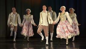 Gente que baila en trajes tradicionales en etapa, Imagen de archivo libre de regalías