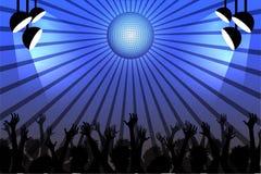 Gente que baila en un club debajo de una bola de discoteca libre illustration