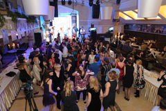 Gente que baila y que va de fiesta en club de noche Fotografía de archivo libre de regalías