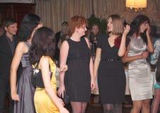 Gente que baila y que va de fiesta en club de noche Imagenes de archivo