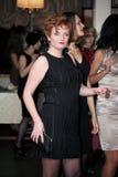 Gente que baila y que va de fiesta en club de noche Imagen de archivo libre de regalías