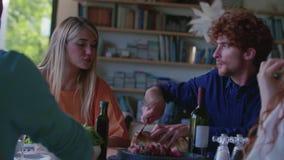 Gente que bebe, comiendo y hablando Cuatro amigos caucásicos hombre y ensalada de la mujer, filete italianos mediterráneos de la  almacen de metraje de vídeo