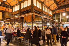 Gente que bebe y que come en el mercado de San Miguel, Madrid Imagen de archivo
