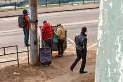 Gente que busca en el envase de basura imagenes de archivo