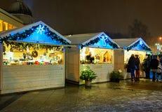 Gente que busca mercancías festivas en el mercado de la Navidad de Vilna Imagen de archivo libre de regalías