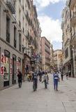 Gente que camina abajo de una calle de las compras Imagen de archivo