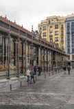 Gente que camina abajo de una calle de las compras Foto de archivo