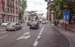 Gente que camina abajo de una calle de las compras Fotos de archivo libres de regalías