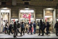 Gente que camina abajo de una calle en la noche en Roma, Italia Imágenes de archivo libres de regalías