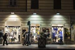 Gente que camina abajo de una calle en la noche en Roma, Italia Fotografía de archivo