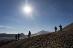 Gente que camina abajo del lado del cráter Imagenes de archivo
