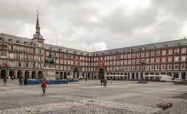 Gente que camina abajo en alcalde de la plaza Fotografía de archivo libre de regalías