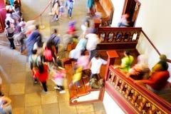 Gente que camina abajo a través de la escalera Imágenes de archivo libres de regalías
