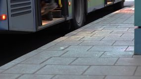 Gente que camina adentro al autobús metrajes