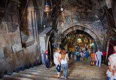 Gente que camina al templo Imagenes de archivo