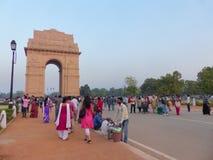 Gente que camina alrededor de la puerta de la India en Nueva Deli Fotos de archivo