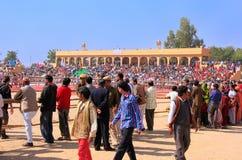 Gente que camina alrededor de los argumentos del festival del desierto, Jaisalmer, la India Foto de archivo